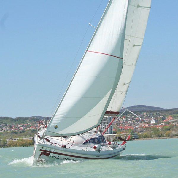 Avar 29 túrahajó bérlés Balaton | Füredyacht Charter